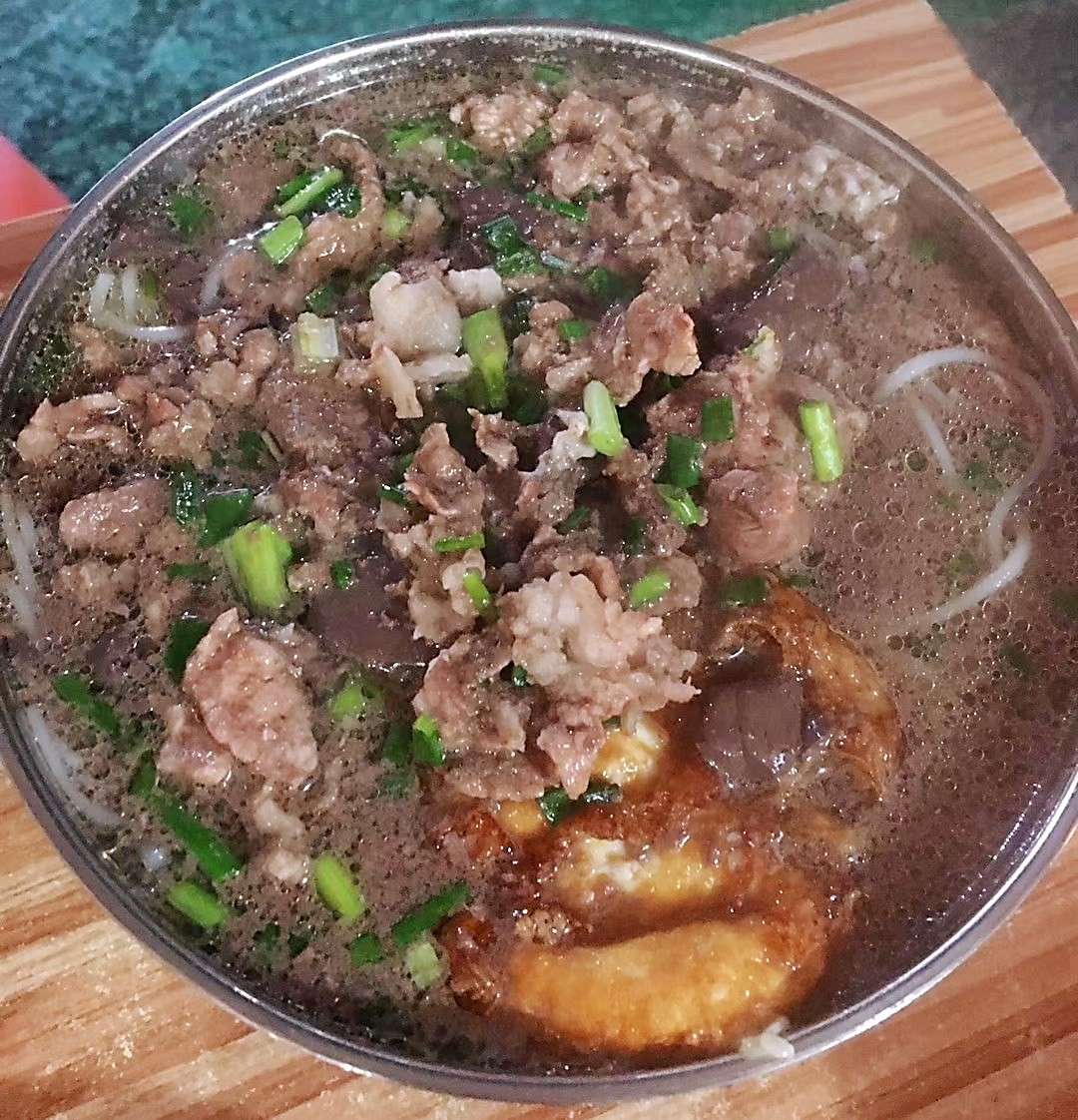 【郴州食为天餐饮培训】郴州哪里可以学到地道白露塘杀猪粉技术?